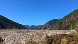 沢辺を歩く登山、バスで、棒ノ折山(棒ノ嶺)へ