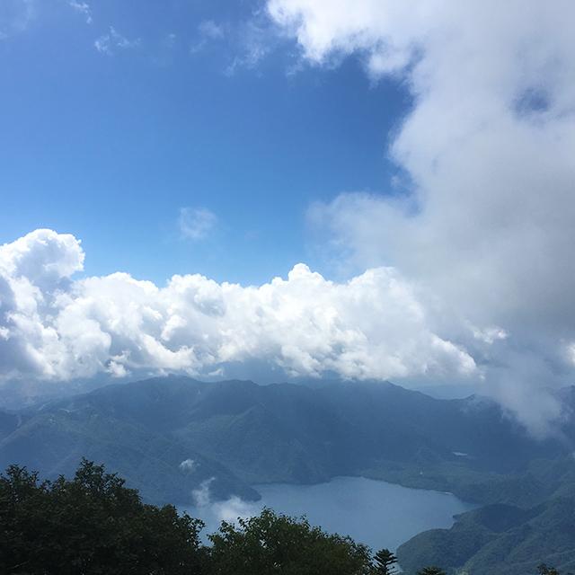 男体山山頂から中禅寺湖を望む